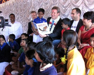 Former NSW Premier Barry O'Farrell reading to children in Bangalore as part of the 40K program